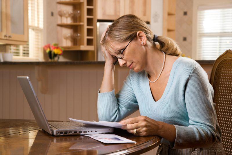 Persona preocupada por sus deudas. Ley de Segunda Oportunidad Legal.